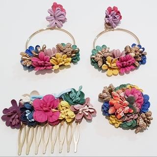 Conjunto de pendientes, peinecillo y alfiler de flamenca, flores tonos coloridos Ref. 002