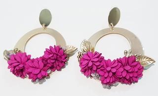 Pendientes de flamenca metal dorado y flores buganvilla