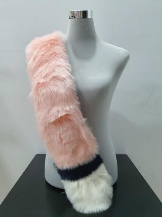 Estola de pelo rosa blanca y negra estrecha
