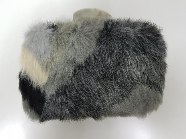 Bolso de fiesta de pelos tonos grises y negros