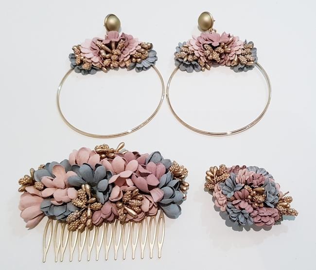 Conjunto de pendientes, peinecillo y alfiler de flamenca, flores rosa y gris