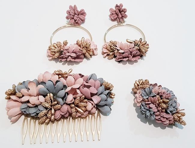 Conjunto de pendientes, peinecillo y alfiler de flamenca, flores rosa y gris Ref. 002