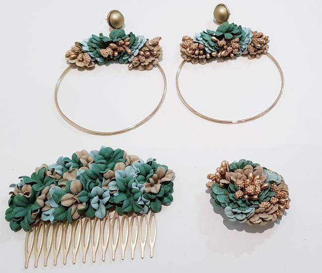 Conjunto de pendientes, peinecillo y alfiler de flamenca, flores verde agua