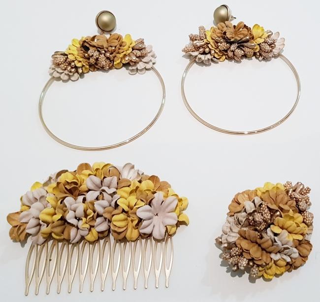 Conjunto de pendientes, peinecillo y alfiler de flamenca, flores mostaza