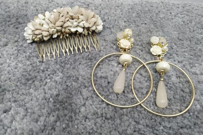 Conjunto pendientes y peinecillos de flamenca beige