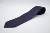 Corbata raya azul marino y buganvilla