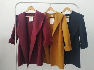 Abrigos gorro y bolsillo (mostaza, negro y burdeos)