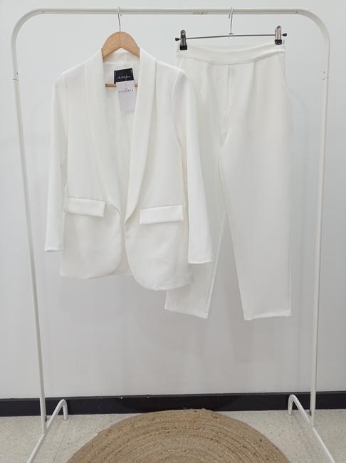 Traje chaqueta dos piezas blanco.